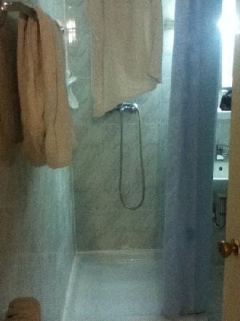 Hotel Cosmos: bathroom