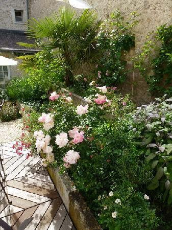 Hotel de Biencourt: Fleurs patio