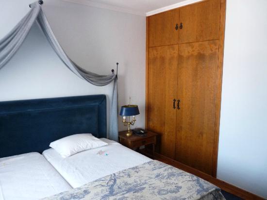 Hotel Real D'Obidos : Cama e armário