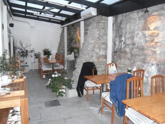 Hotel Stenugnen: Uteplatsen, där man kunde äta frukost eller ta en kaka och kaffe på kvällskvisten