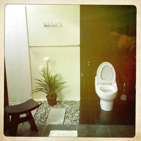 Bonsai Villas: The bathroom.