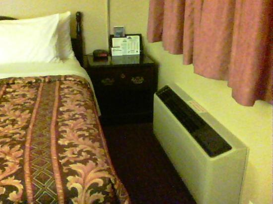 Clarion Inn & Suites: Loud heating/cooling unit