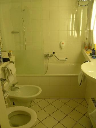 Derag Livinghotel Kanzler: Nice, spacious bathroom