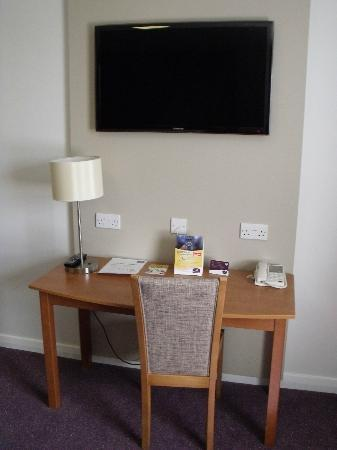 Premier Inn Oxford Hotel: Televishion/buisness area in room