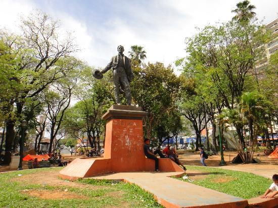 Plaza Uruguaya: Памятник в центре Площади Уругвая