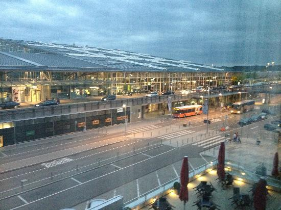 Mövenpick Hotel Stuttgart Airport & Messe: Overlooking the airport