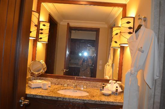 Pueblo Bonito Sunset Beach Golf & Spa Resort: mirror and sink in bathroom