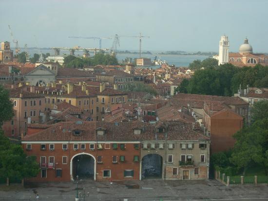Laguna di Venezia: la laguna vista oltre le case di Venezia