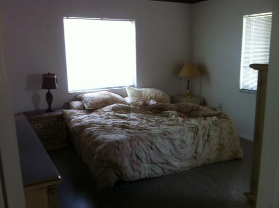 Gulf Shore Beach Resort Motel: Cottage 5 master BR