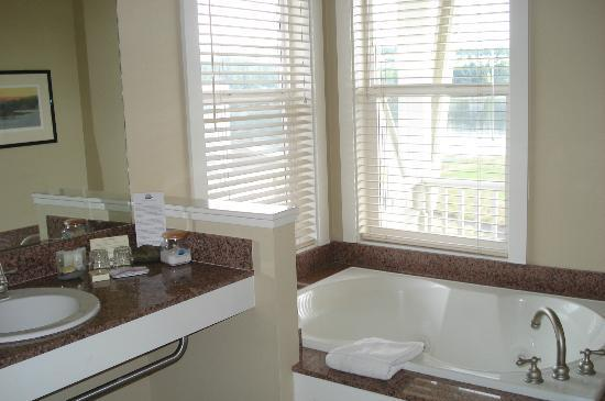 The Resort at Port Ludlow: Jetted tub in suite
