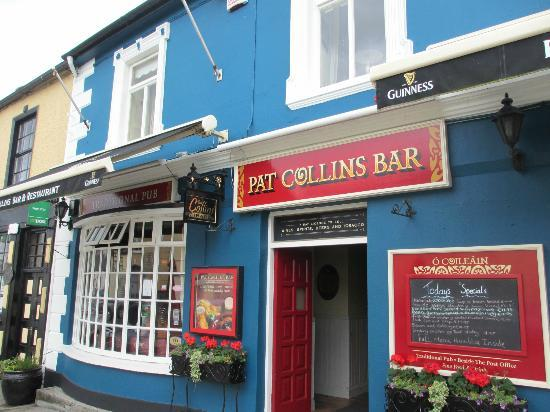 Adare, Ιρλανδία: Collins pub - street view