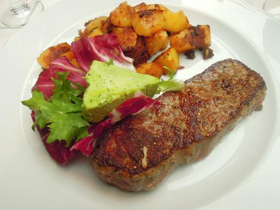 Gutshofhotel Winkler Brau: Rump steak with garlic herb butter and potatoes
