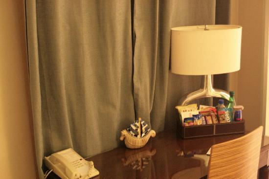 Hotel Beverly Terrace: Desk & Goodies