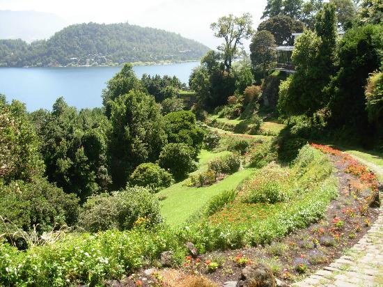 Hotel Antumalal: Hillside - lake view and gardens.
