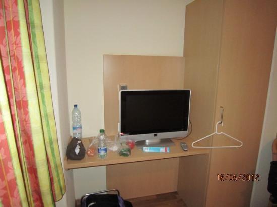 Hotel Blume : TV LCD no quarto, pequena mesa