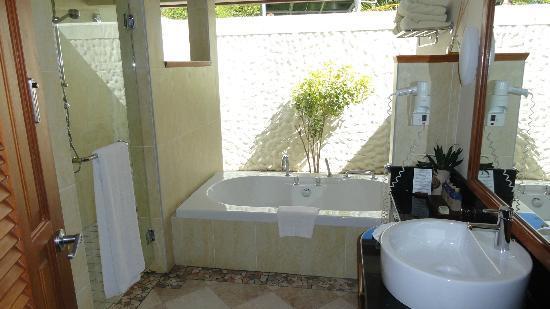 Kurumba Maldives: salle de bain en plein air, douche + baignoire