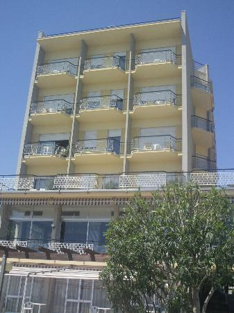 Bellevue et Mediterranee: SIDE VIEW OF HOTEL