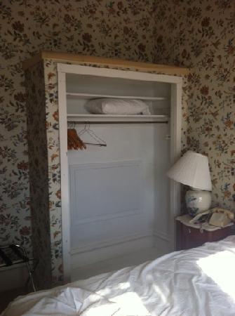 Athenaeum Hotel : closet