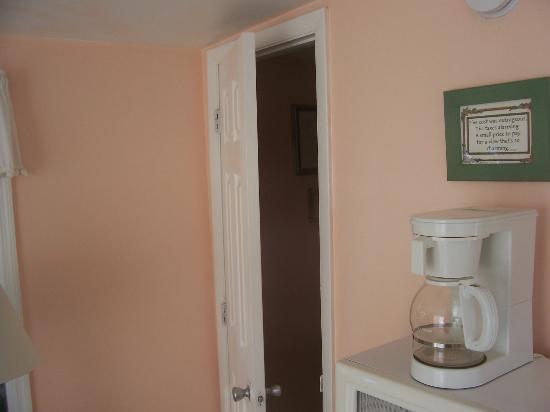 Bonefish Resort: bathroom door does not close any further