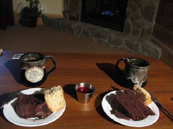 House Mountain Inn: Yummy cakes and coffee