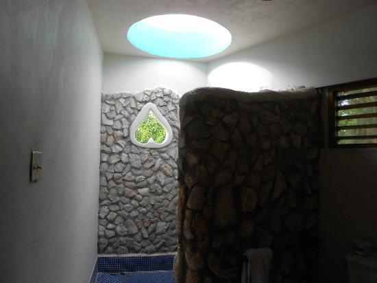 Coral Cove Resort: Open Air Shower