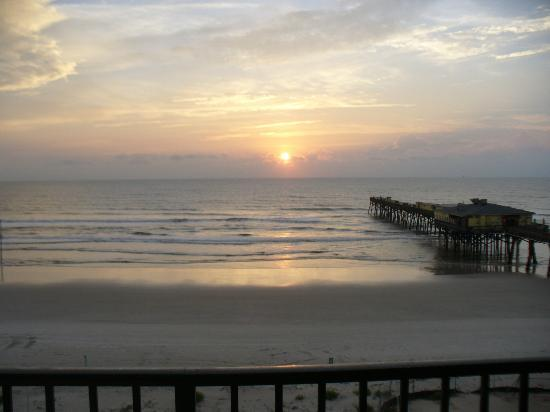 Tropical Suites Daytona Beach: Sunrise from the balcony