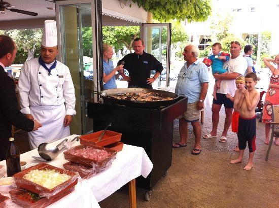 Hipotels Coma Gran Aparthotel: Watching the Paella cooking display