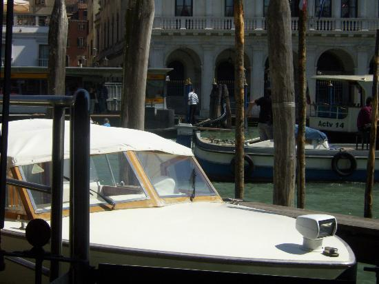 Spagna Hotel: Venice boats within walking distance.