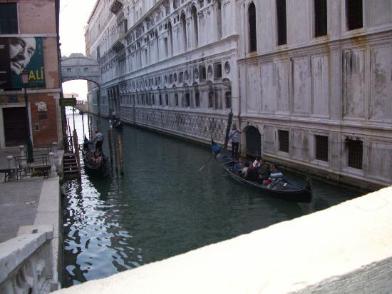 Spagna Hotel: Venice canal within walking distance from hotel.