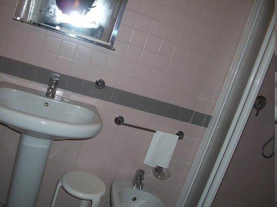 Spagna Hotel: Hotel bathroom.
