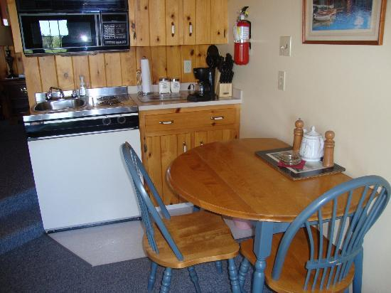Amherst Shore Country Inn: kitchenette
