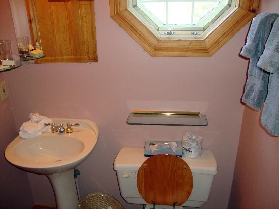 Amherst Shore Country Inn: clean bathroom