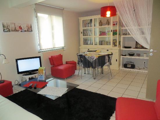 Le Jardin Cache: Living/Kitchen Area