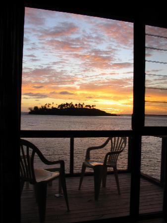 Muri Beach Cottages: waking view
