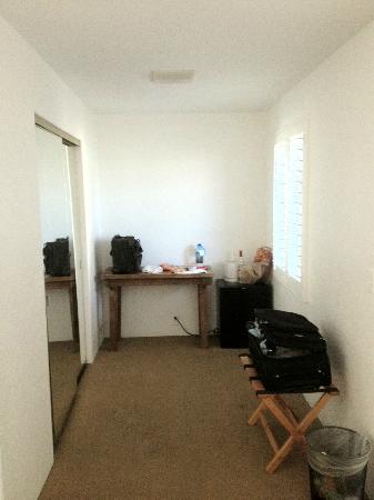 Alcazar Palm Springs: desk and closet