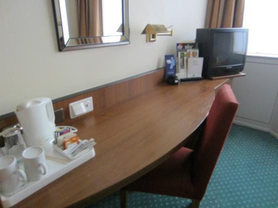 Holiday Inn Frankfurt-Airport North: Desk area