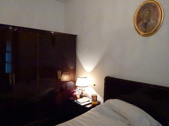Pension Sarasate: Muebles antiguos muy bien conservados