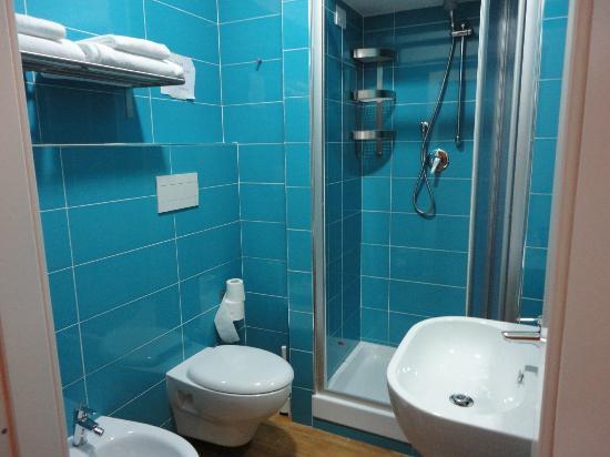 La Controra Hostel Rome: Chuveiro