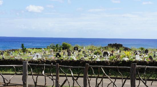 Miro Restobar: View of Hanga Roa Cemetery