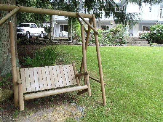 Caprice Bed & Breakfast: The swing was a great place to enjoy peaceful moments