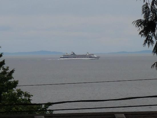 ‪‪Caprice Bed & Breakfast‬: Another cruise ship going by‬