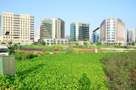 City Seasons Hotel: Nearby park during the day