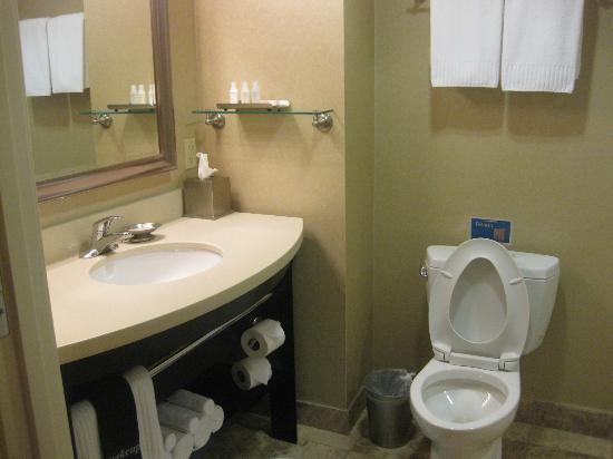 ‪‪West Inn & Suites Carlsbad‬: Bathroom‬