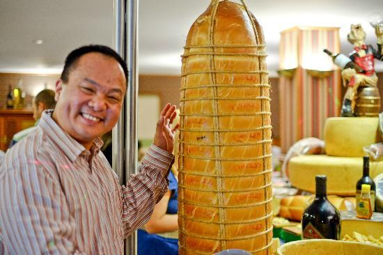Hotel Bella Italia: Me and a He Man-sized cheese!
