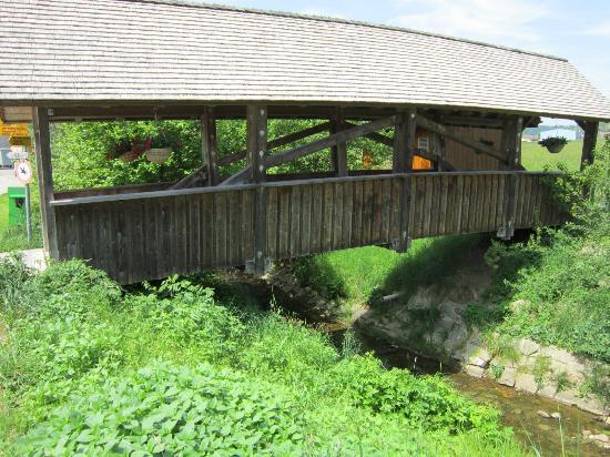 Bären - Das Gästehaus: Une jolie passerelle pour aller en direction du village