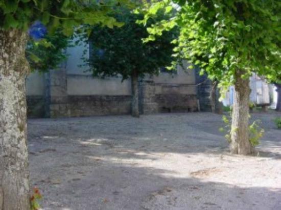 Vézinnes, France : Place de l'Elgise
