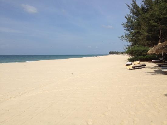Cham Villas: Blick auf den Strand rechts vom Hotel