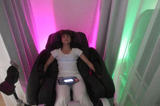 fauteuil apesanteur picture of zen le bar a sieste paris tripadvisor. Black Bedroom Furniture Sets. Home Design Ideas
