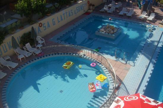 Koukounaria Aparthotel & Suites: Childs pool area