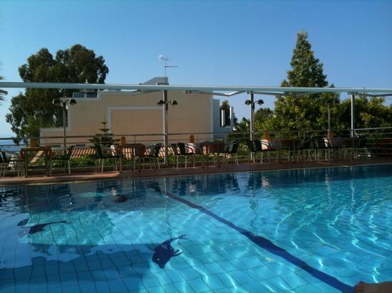 Ela Mesa Luxury Apartments: breakfast place!!!
